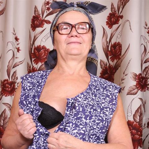Laat je ontknapen door 61-jarig omaatje uit Antwerpen
